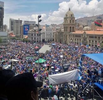 Lla multitud en la plaza San Francisco de La Paz